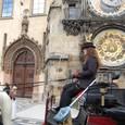 天文時計の前を通過する馬車