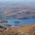 麓のトランブラン村と湖