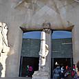 西門の彫刻はスビラックが制作 直線的感覚