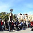 西門を見上げる観光客