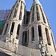 西門の塔を見上げる