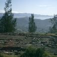遺跡と盆地と遥か山並み