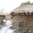 石壁とカヤ葺き屋根