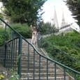 階段のある街 背景はシャルトル大聖堂