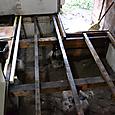 防腐材加工をした床を支える材木