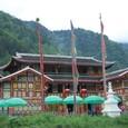 幡が林立するチベット村