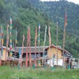祈祷幡とチベット村