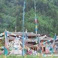 チョルテン(仏塔)とタルチョー(祈祷旗)