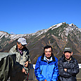 谷川岳を背景に