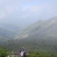 西天狗の岩場のキツイ登り 背景は西尾根