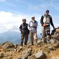 磐悌山を背景に鉄山山頂
