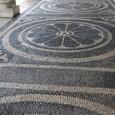 玉砂利で回廊の床を飾る