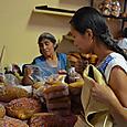 死者に日のパンを買うミサヨ