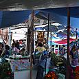 死者の碑の準備で賑わうトラコルラ市場