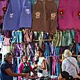 国際色豊かな衣類のお店