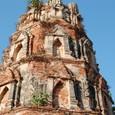 仏塔 一部漆喰が残りレリーフが残る