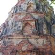 レンガの仏塔を見上げる