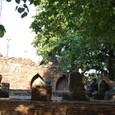 残された基壇に座る首の無い仏像