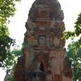 傾くクメール様式仏塔と仏