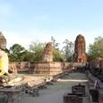 廃墟の寺院の前に座る仏