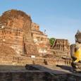廃墟と化した寺院跡に座る仏