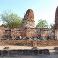 首の無い仏像と傾く仏塔