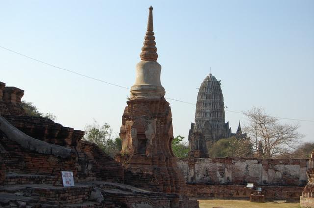アユタヤ ワット・プラ・マハタート: 手前はスリランカ様式仏塔、遠くクメール様式仏塔