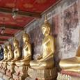 回廊に並ぶ仏様たち