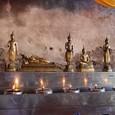 生まれた月の仏像に賽銭を入れる