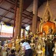 本堂の外に参拝用の仏像がある