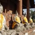 仏塔の周りには沢山の仏像