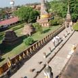 仏座像に守られる大仏塔