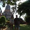 大仏塔を背景に