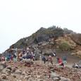 山頂に登る沢山の登山客