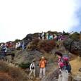 乳首を下山する登山客