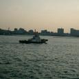 入港する船