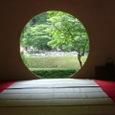 丸窓と後庭園風景